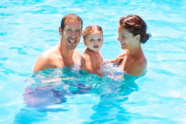 Héhé dans la piscine avec bébé Photo Premium