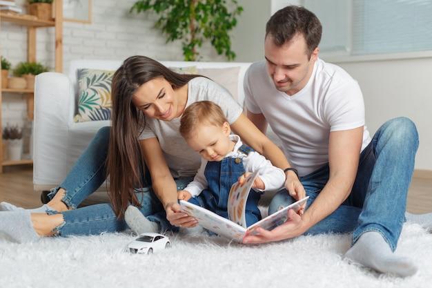 Héhé, lisant un livre ensemble Photo Premium