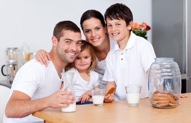 Héhé, manger des biscuits et boire du lait Photo Premium