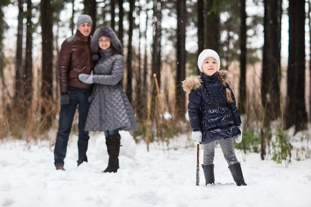 Héhé, marchant dans un parc d'hiver. Photo Premium