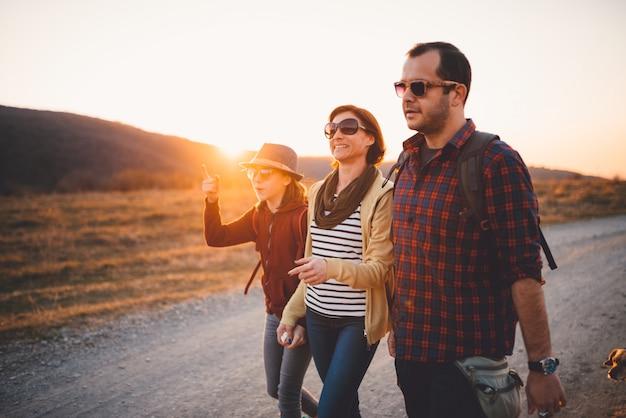 Héhé, randonnée sur un chemin de terre au coucher du soleil Photo Premium