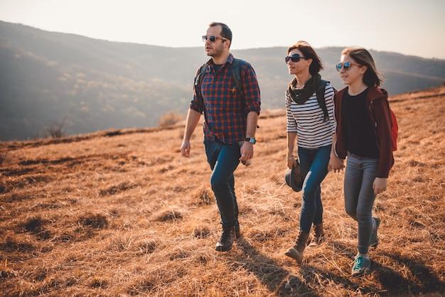 Héhé, randonnée ensemble sur une montagne Photo Premium