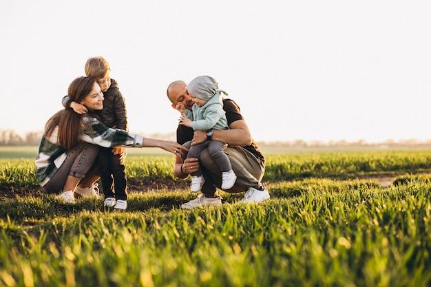 Héhé, S'amuser Sur Le Terrain Au Coucher Du Soleil Photo gratuit