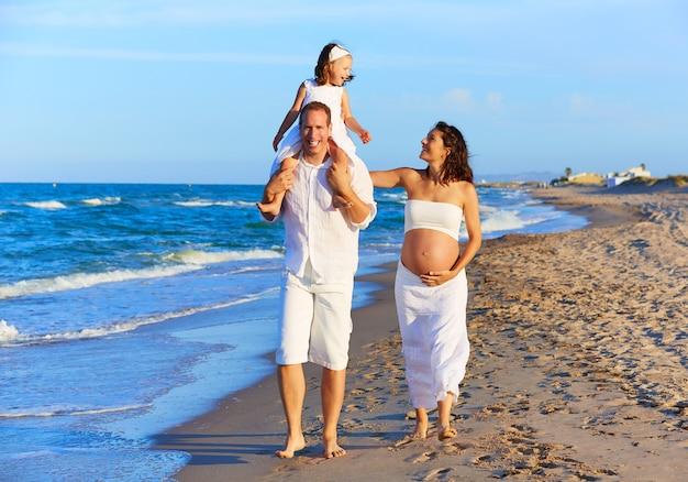 Héhé sur le sable de la plage à pied Photo Premium