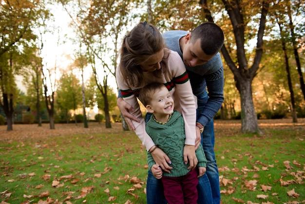 Héhé, se reposer dans le magnifique parc d'automne Photo Premium