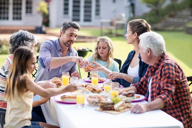 Héhé en train de déjeuner dans le jardin Photo Premium