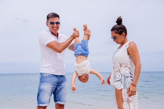 Héhé En Vacances Avec Petit Bébé Garçon Photo gratuit