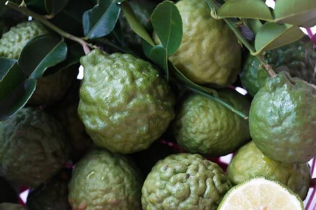 Herbe thaïlandaise bergamote verte fraîche pour soins spa et capillaire Photo Premium