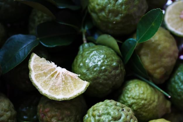 Herbe thaïlandaise bergamote verte fraîche pour le traitement des spas et des cheveux, problème de chute des cheveux, contrôle de la chute des cheveux, produit de nutrition biologique Photo Premium