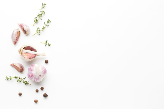 Herbes et ail sur table avec espace de copie Photo gratuit