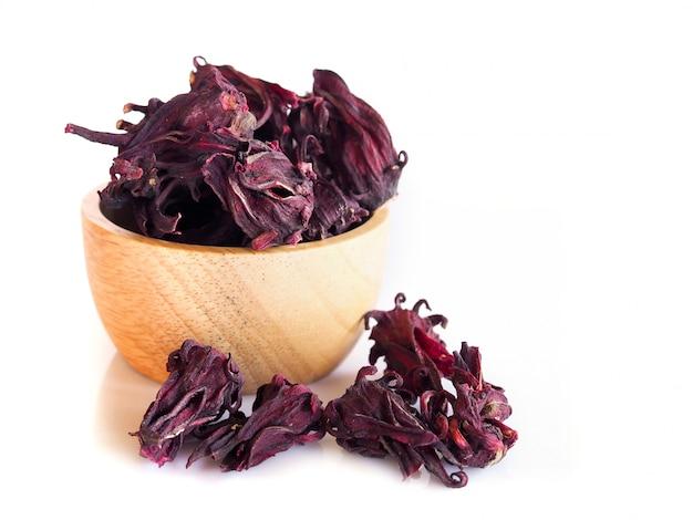 Herbes Et épices Avec Roselle Rouge Séchée Isolé Sur Mur Blanc. Photo Premium