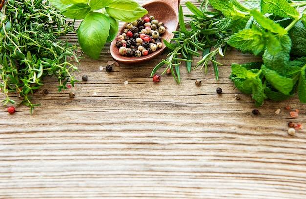 Herbes Fraîches Et épices Sur Table En Bois Photo Premium