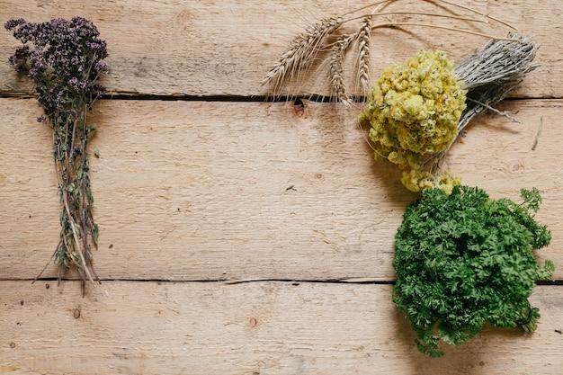 Herbes Fraîches Et Séchées Disposées Sur Le Bord Sur Un Bois Photo Premium