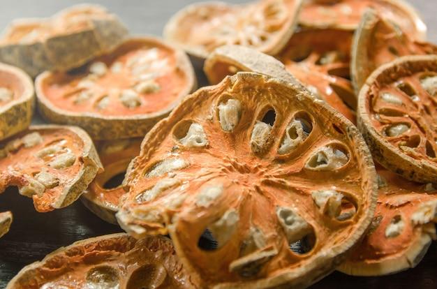 Herbes Séchées Et Fruits Secs De Bael Photo Premium