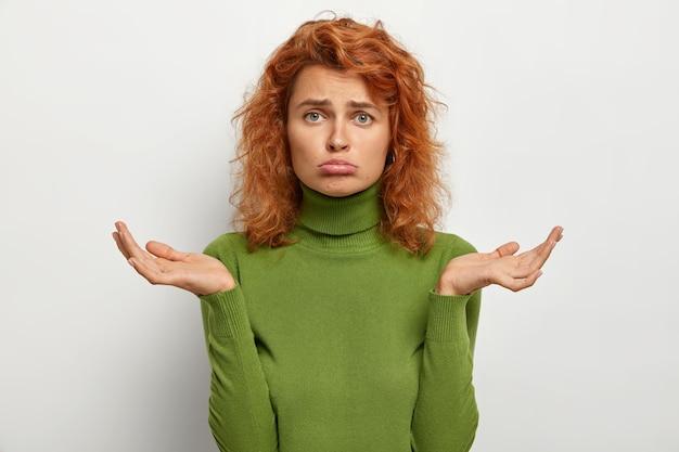 Hésitation Et Confusion. Femme Rousse Triste Et Mécontente Hausse Les épaules, Ne Peut Pas Prendre De Décision Photo gratuit