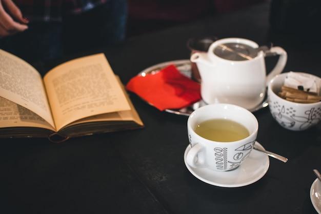 L'heure du thé avec un livre Photo gratuit