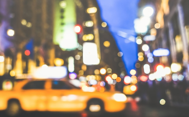 Heure de pointe abstraite de new york city - voiture de taxi jaune défocalisé et embouteillage sur la 5ème avenue du centre-ville de manhattan Photo Premium