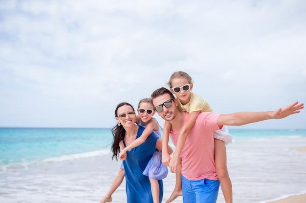 Heureuse belle famille sur la plage Photo Premium