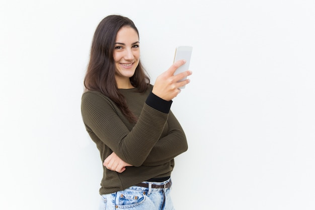 Heureuse Belle Femme Amicale Tenant Le Téléphone Portable Photo gratuit