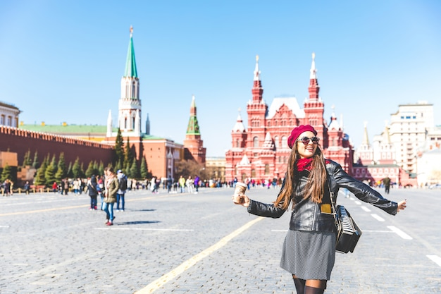 Heureuse belle femme à la place rouge de moscou Photo Premium