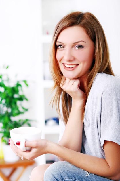 Heureuse belle femme relaxante et souriante Photo gratuit