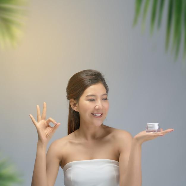 Heureuse belle fille asiatique avec la peau fraîche Photo Premium