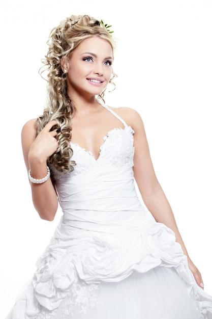 Heureuse Belle Mariée Souriante En Robe De Mariée Blanche Avec Coiffure Et Maquillage Lumineux Photo gratuit