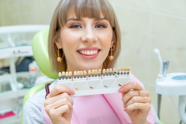 Heureuse Cliente En Dentisterie, Blanchiment Des Dents Photo Premium