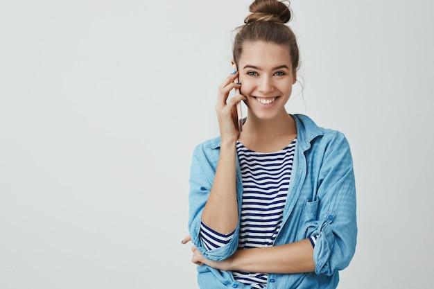 Heureuse Excitée Séduisante Jeune Femme Parlant Par Téléphone Photo gratuit