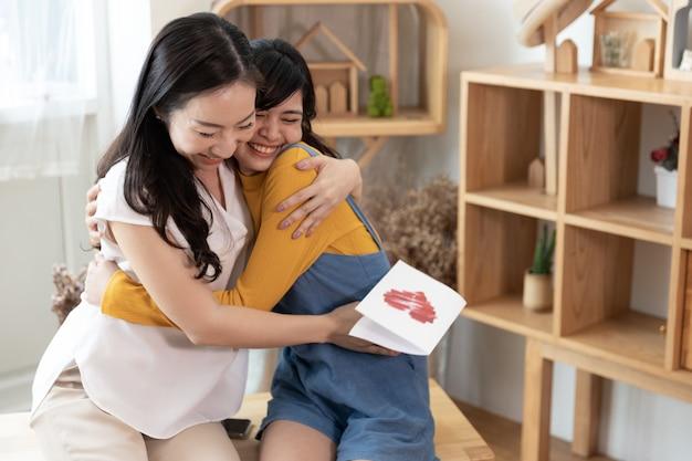 Heureuse famille asiatique. concept fête des mères Photo Premium