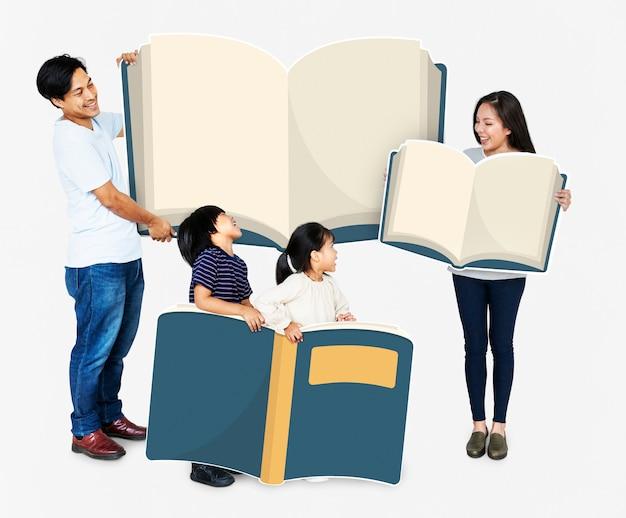 Heureuse famille brandissant des livres Photo Premium
