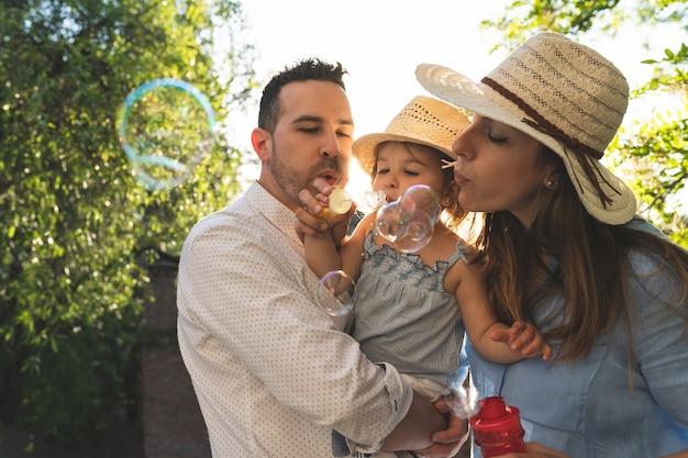 Heureuse famille hispanique s'amuser ensemble à l'extérieur Photo Premium