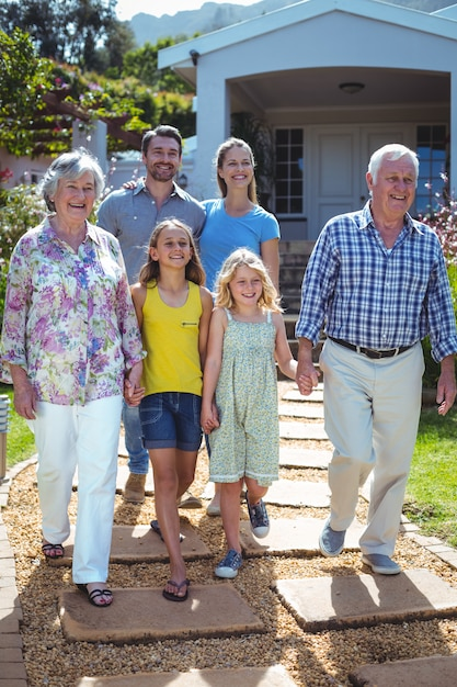 Heureuse famille multi-génération marchant sur un sentier Photo Premium