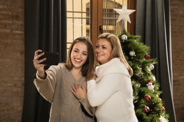 Heureuse famille prenant un selfie ensemble Photo gratuit