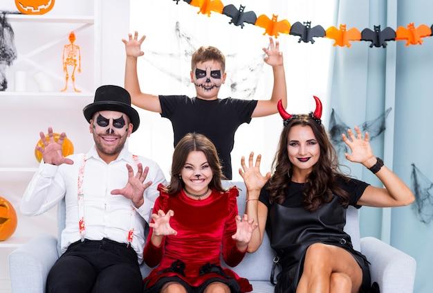 Heureuse famille prête pour halloween Photo gratuit