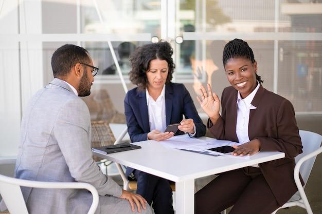 Heureuse femme d'affaires afro-américaine Photo gratuit