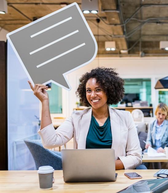 Heureuse femme d'affaires avec bulle de dialogue Photo gratuit