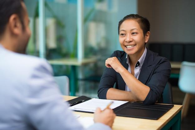Heureuse femme d'affaires excitée soutenant l'idée de collègue Photo gratuit