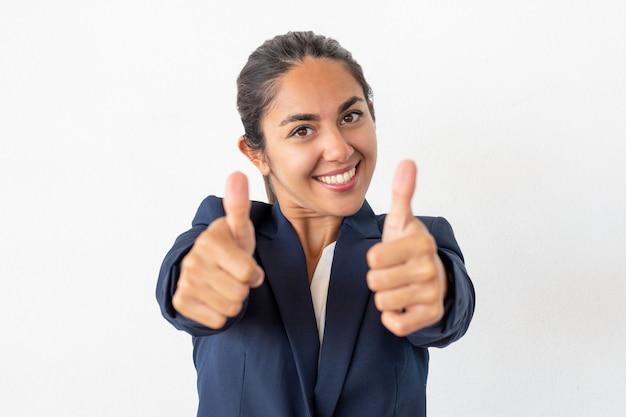 Heureuse femme d'affaires montrant les pouces vers le haut Photo gratuit