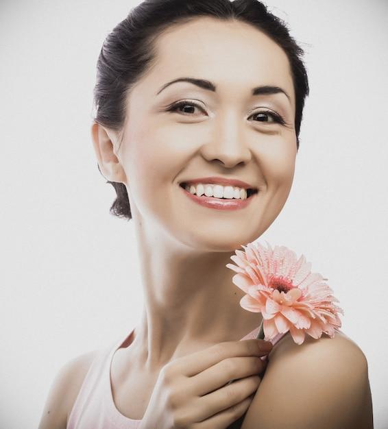 Heureuse Femme Asiatique Tenant Un Gerbera Rose Photo Premium