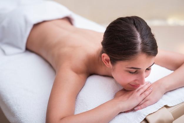 Heureuse Femme Attendant Un Massage Au Spa Photo gratuit