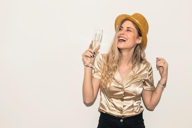 Heureuse femme au chapeau avec verre de champagne Photo gratuit