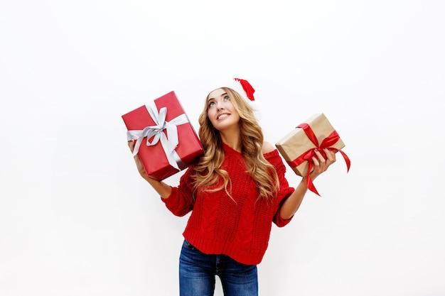 Heureuse Femme Blonde Insouciante Célébrant La Fête Du Nouvel An Tenant Des Cadeaux Photo gratuit