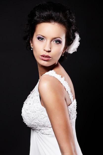 Heureuse Femme Brune Belle Mariée Sexy En Robe De Mariée Blanche Avec Coiffure Et Maquillage Lumineux Photo gratuit