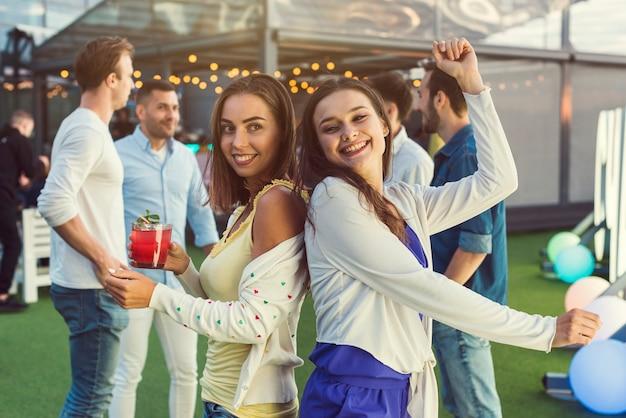 Heureuse femme dansant lors d'une soirée Photo gratuit