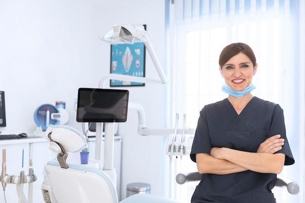 Heureuse Femme Dentiste En Clinique Photo gratuit