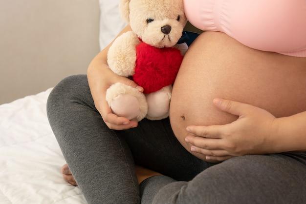 Heureuse femme enceinte et bébé enceinte. Photo Premium