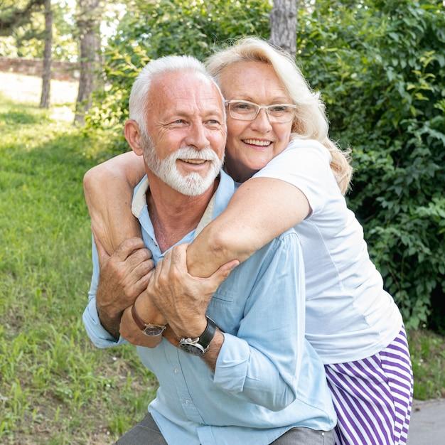 Heureuse femme étreignant l'homme par derrière Photo gratuit
