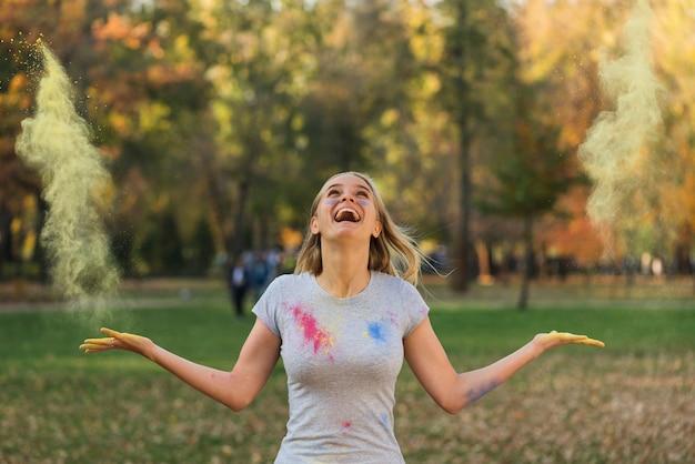 Heureuse Femme Jouant Avec De La Couleur En Poudre Photo gratuit