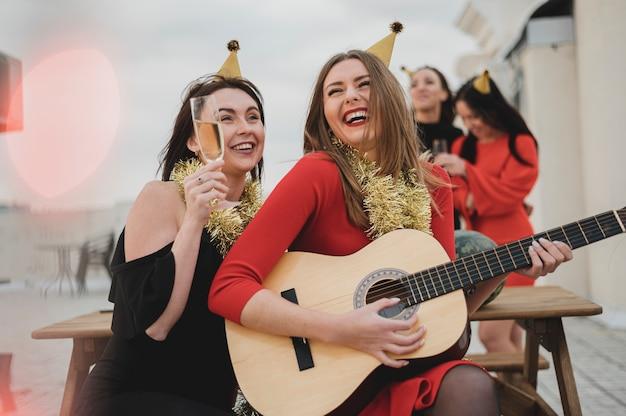 Heureuse femme jouant de la guitare Photo gratuit